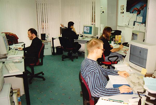Die vier Gründer zusammen im Büro